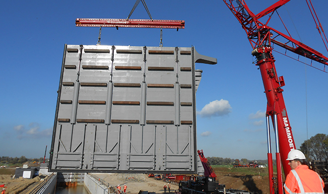 Lock gate lift in